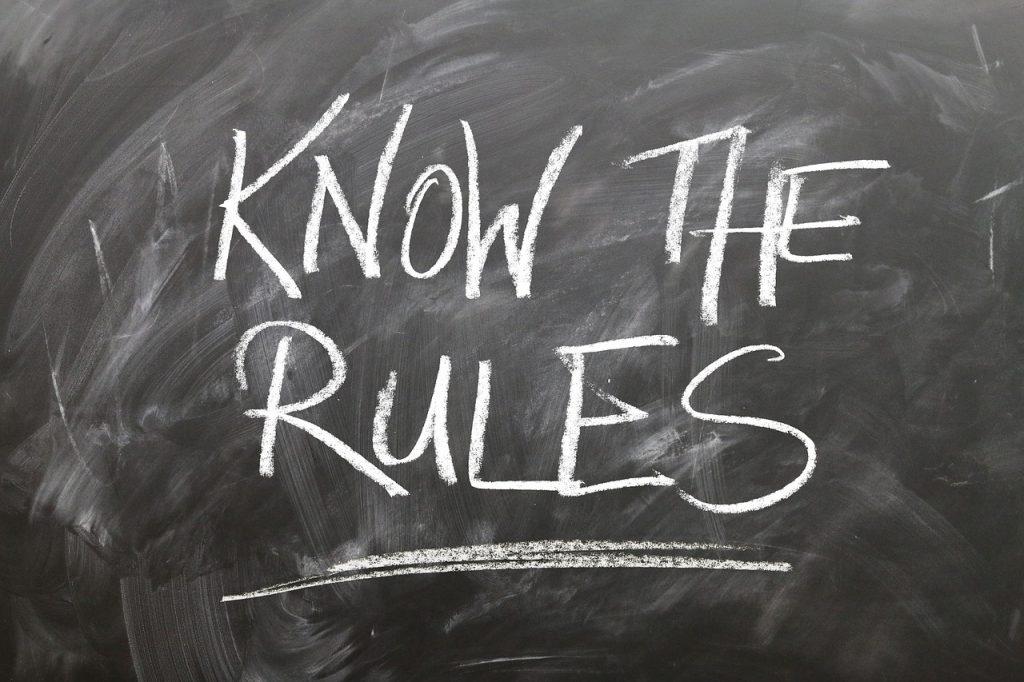 黒板に書いた「know the rules」