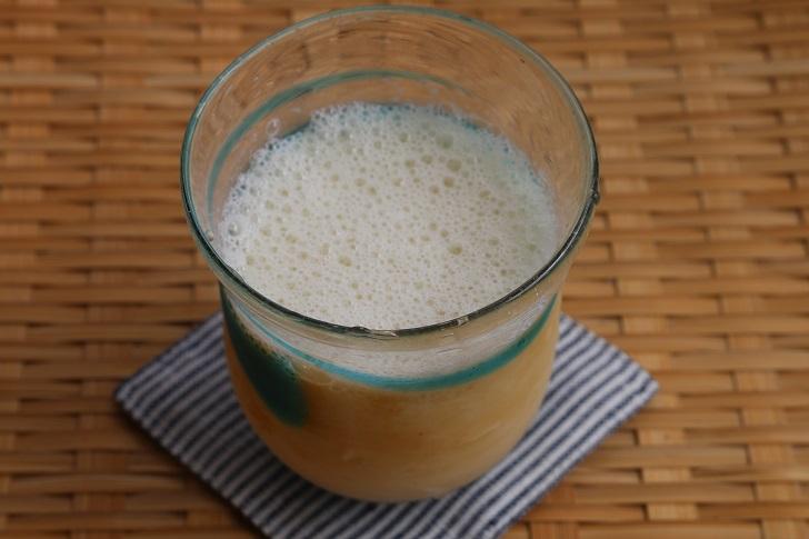 グラスに入った泡立つアイス豆乳