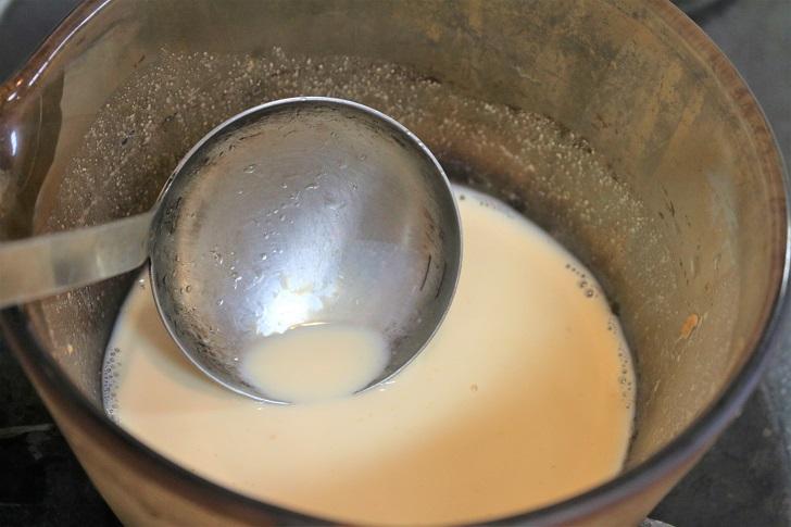 豆乳を鍋でお玉でぐるぐる