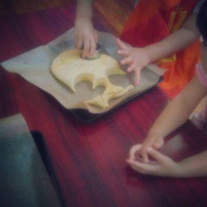 子ども達とお菓子作りをする様子