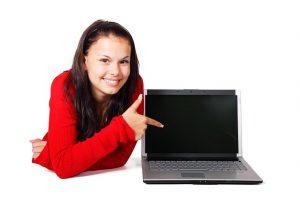 パソコンを指差す女性