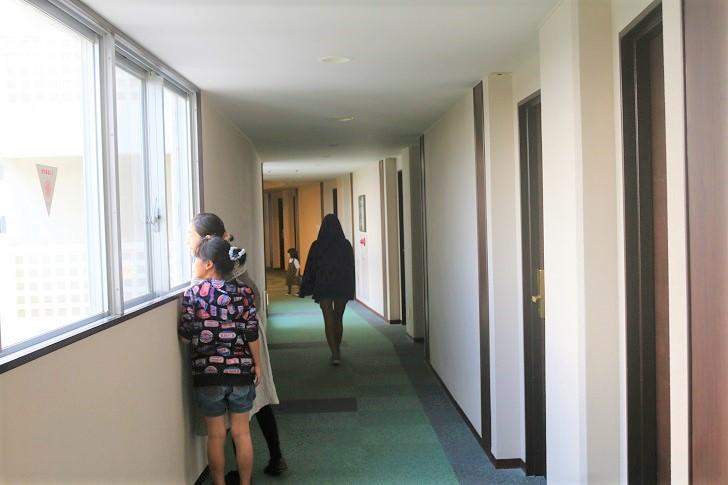 ホテルの廊下を歩く家族
