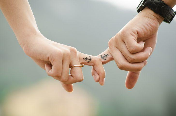 夫婦の指と指