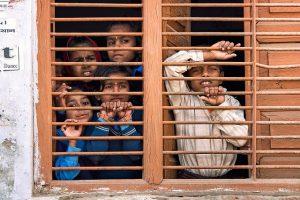 窓から外を眺めている男の子と女の子たち