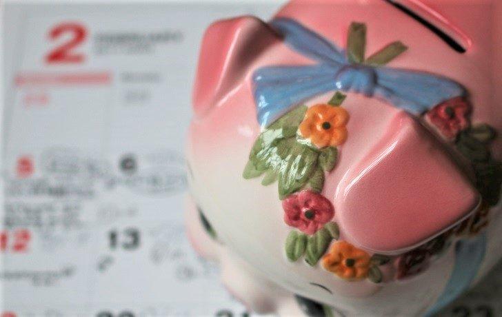 カレンダーと豚の貯金箱