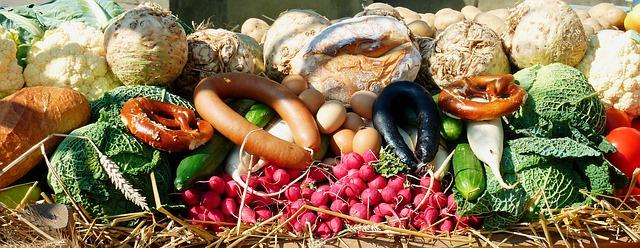 お肉、野菜、パンなどが並んでいる様子