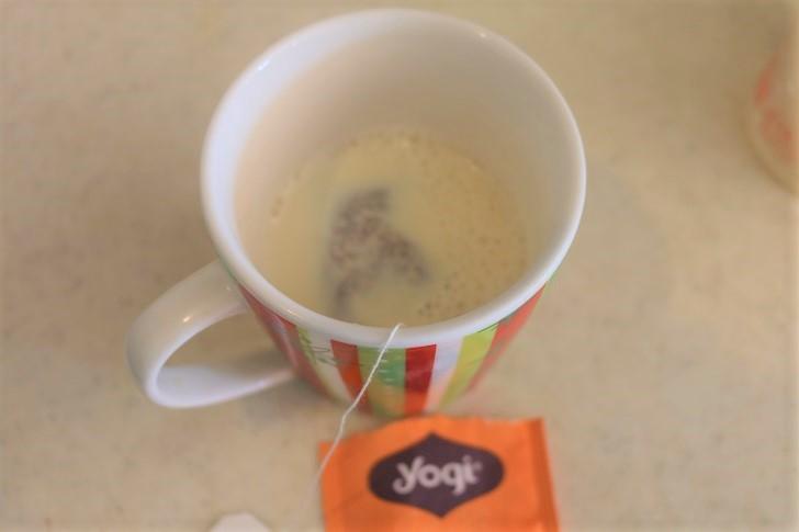マグカップに豆乳とティーバッグ
