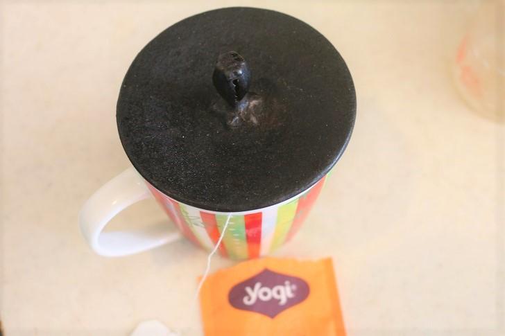 蓋されたマグカップ