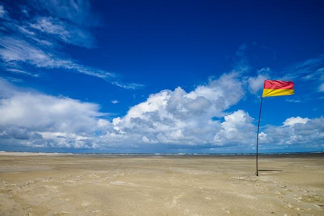 青空と旗が1本立ったビーチ