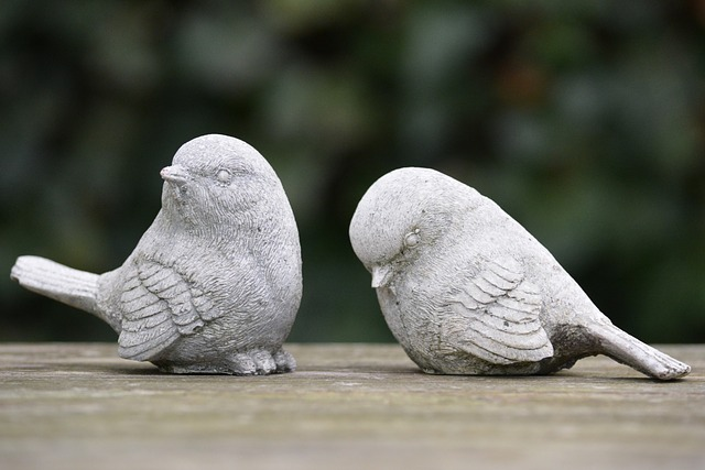 喧嘩をしている鳥の像