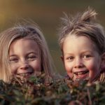 子ども二人が嬉しそうに笑っている写真