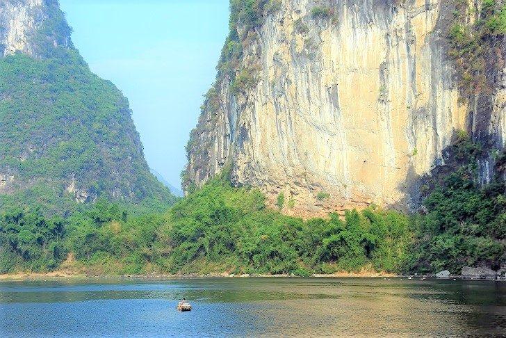 雄大な湖と山の風景