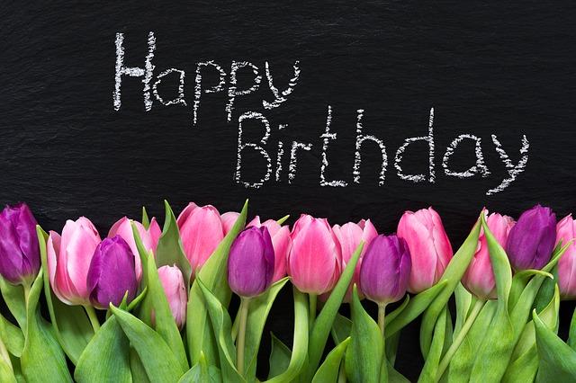 ハッピーバースデーと書かれた黒板とお花