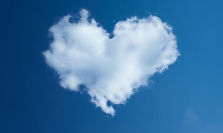 空にハートの形の雲