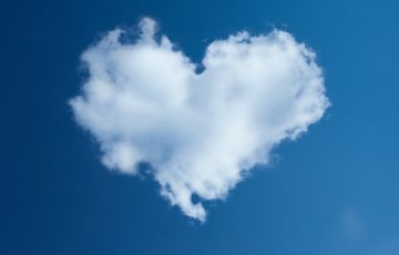 空に浮かんだハート型の雲