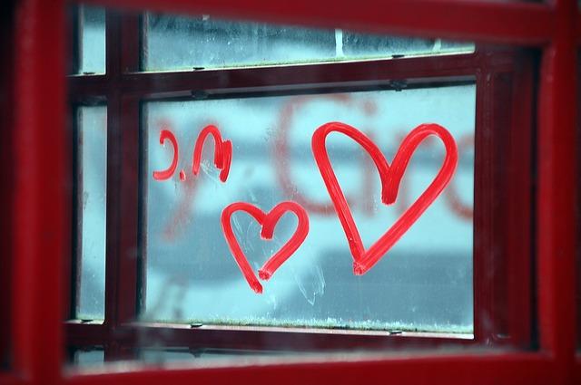 窓に書かれたラブの文字