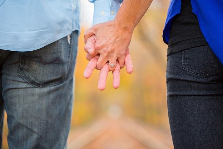 手をつないだ二人の手のアップ