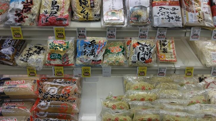 スーパーの沖縄そば売り場