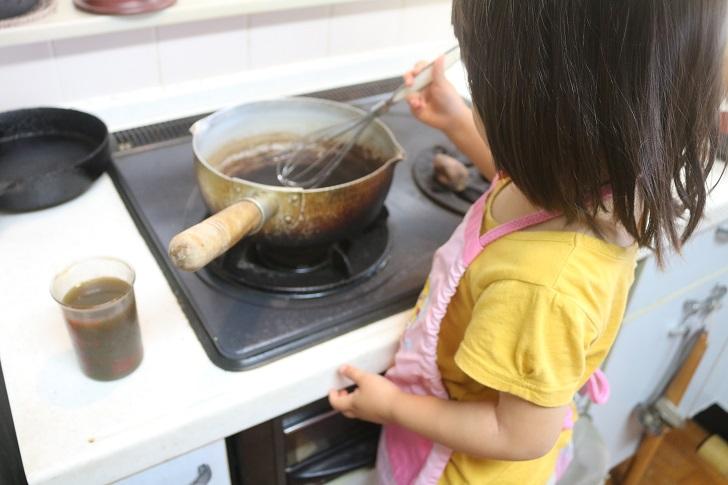 幼女がキッチンで料理
