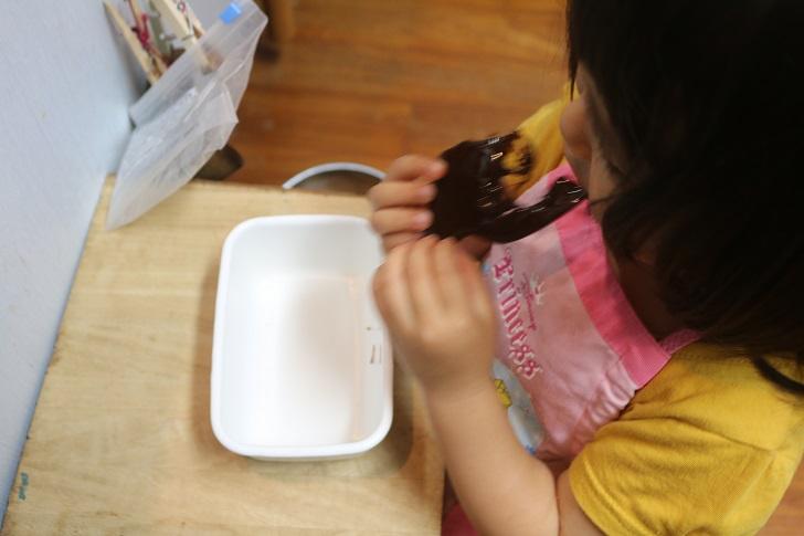 黒糖を食べる幼女