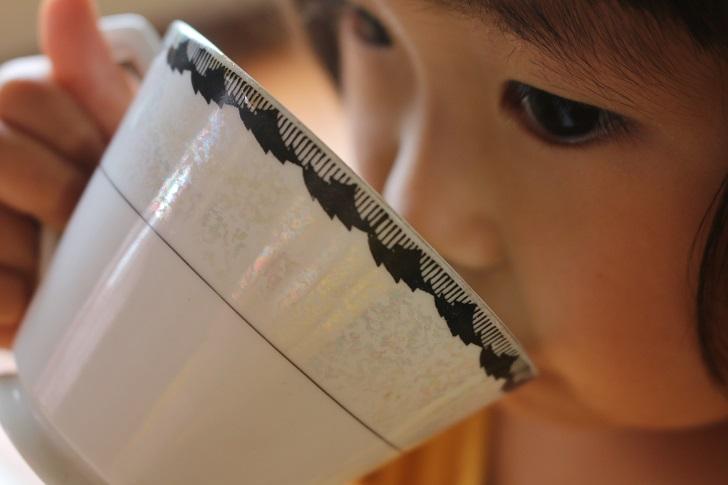 黒糖豆乳ドリンクを飲む幼女