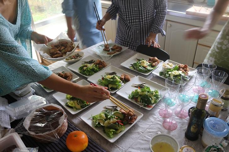 テーブルに並んだ料理