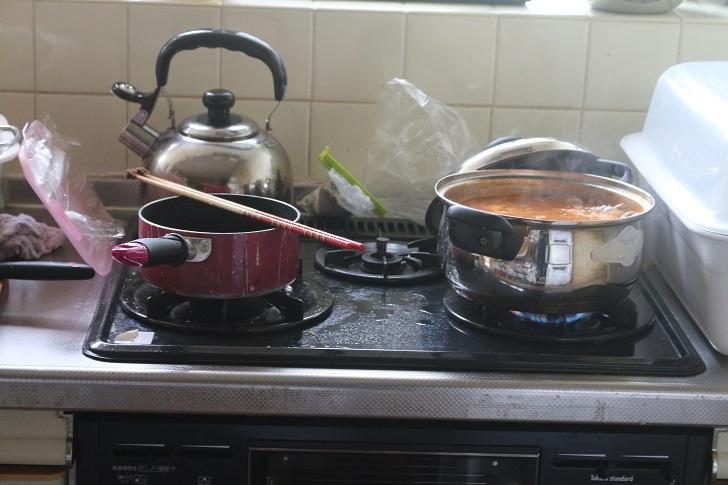 キッチンで沸き立つ鍋ややかん