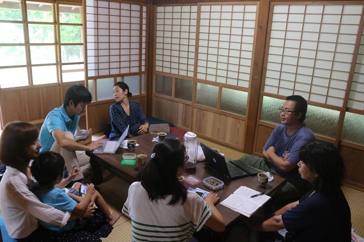 和室に集まる人々