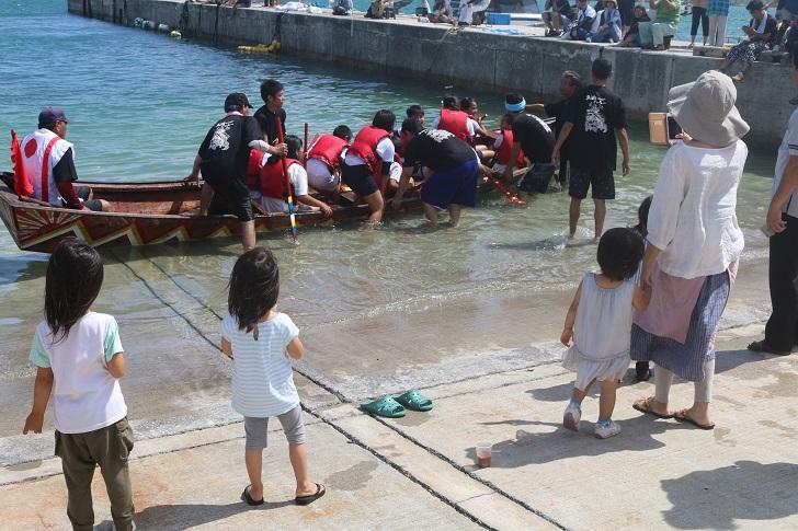 船に乗り込む小学生たち