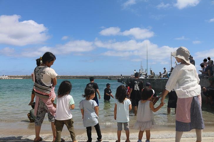 海に並ぶ園児たち