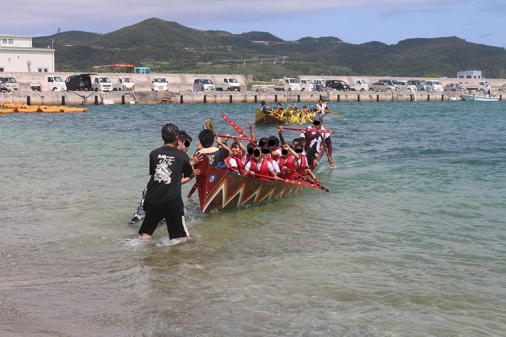 船の上で勝利に喜ぶ子どもたち