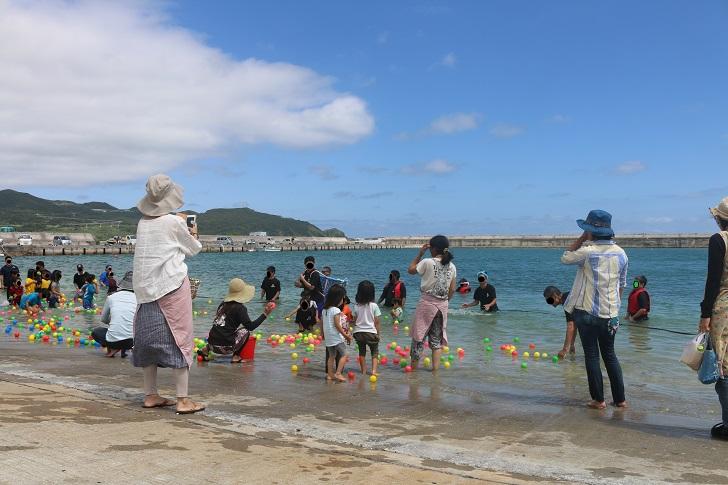 子どもたちが海で玉入れ
