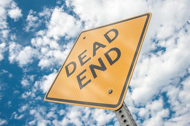dead endと書かれた看板