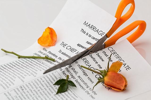 破かれた結婚契約書