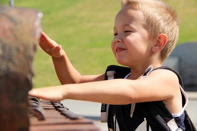 得意気な表情で楽しそうにピアノを弾く男の子