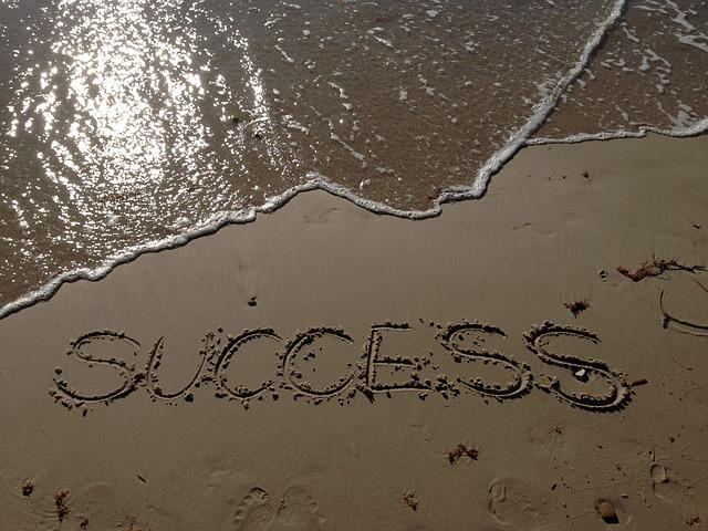 波打ち際の砂浜に書かれたsuccessの文字