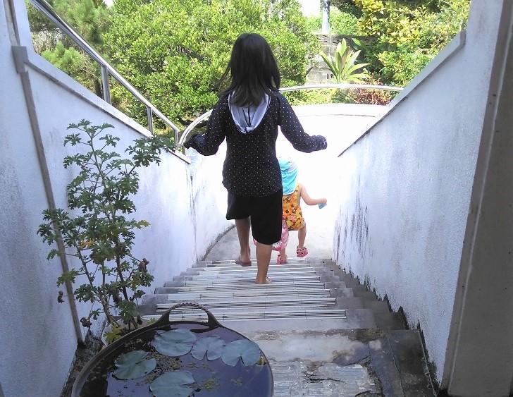 階段を下りる子どもたち