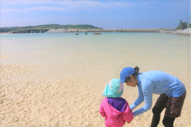 海で着替える親子
