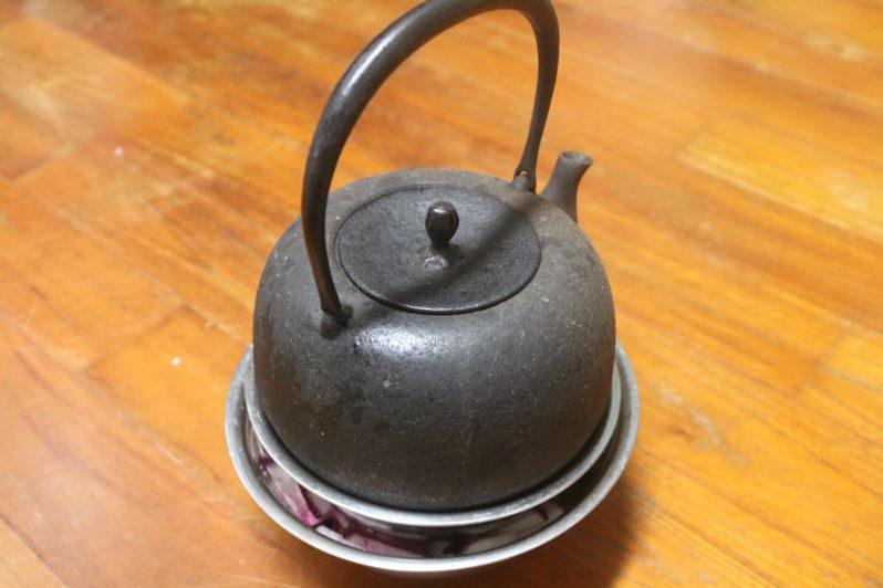 塩漬けのカブの上に置いた重石の土瓶