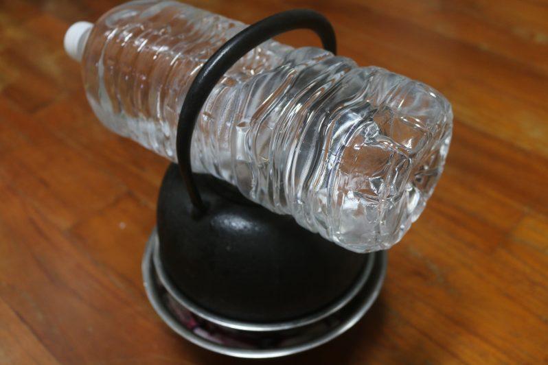 土瓶の上にさらに重石で置かれたペットボトル
