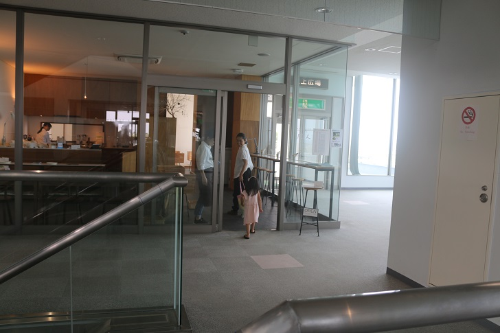 カフェ入口