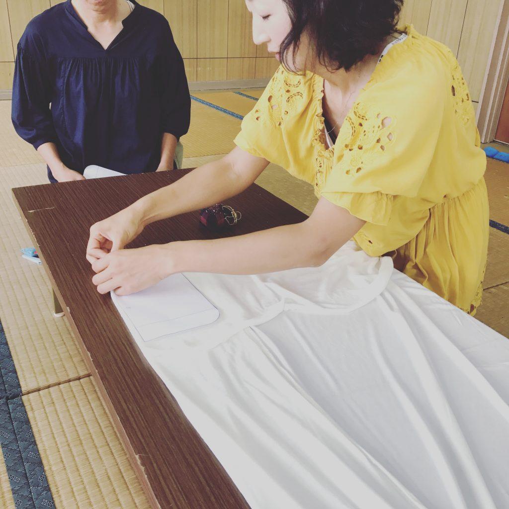 布ナプキン用の竹布をカットする様子2