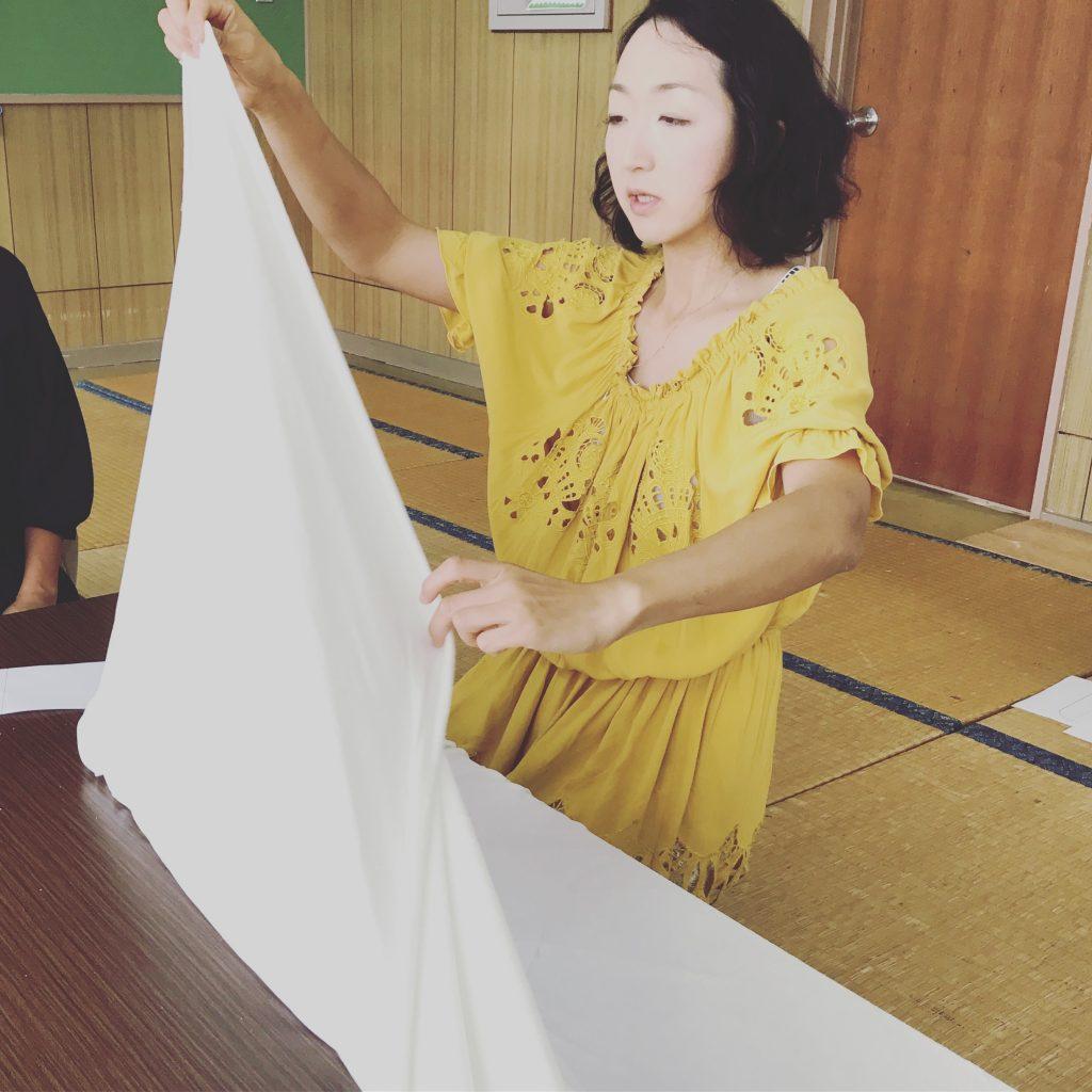 布ナプキン用の竹布をカットする様子1