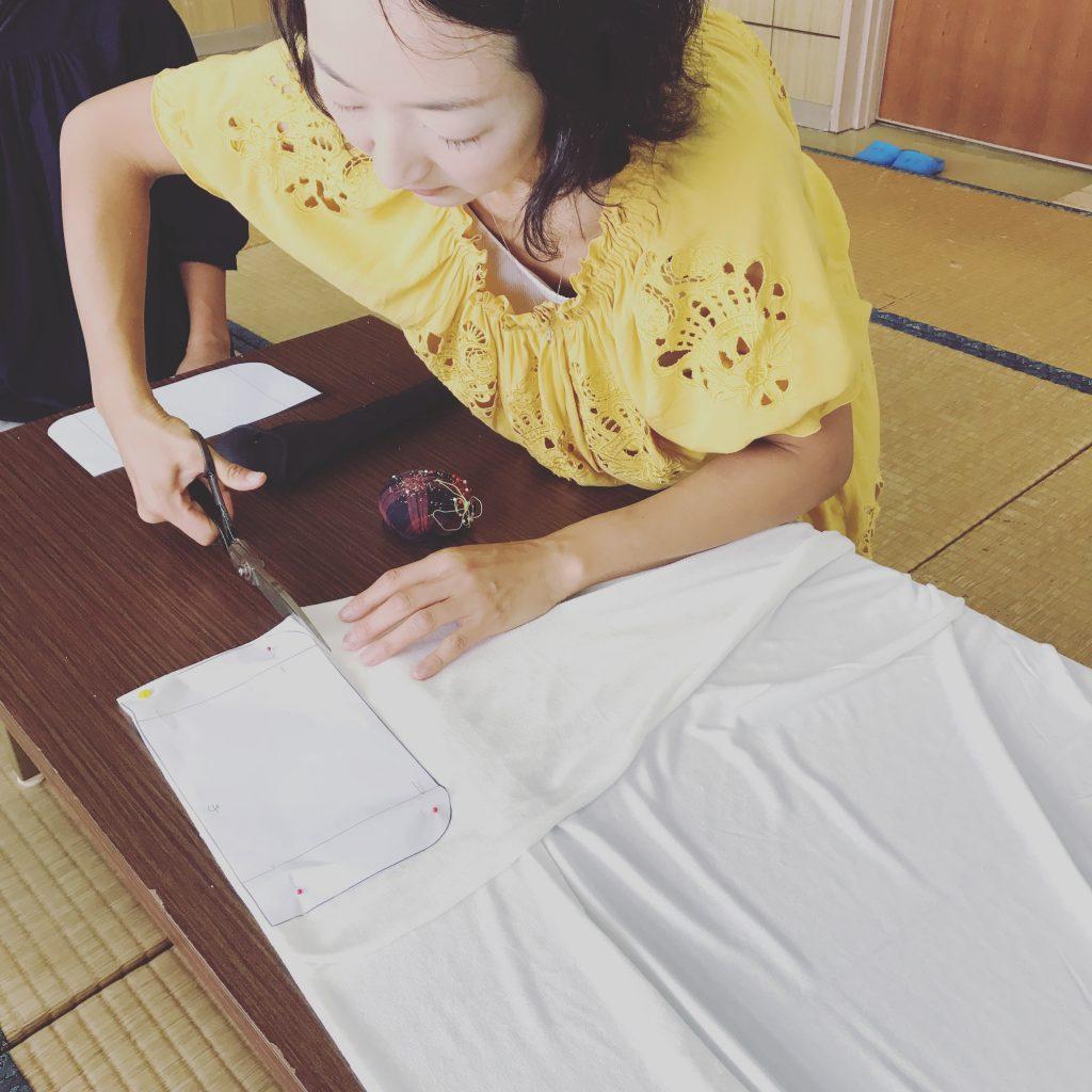 布ナプキン用の竹布をカットする様子3