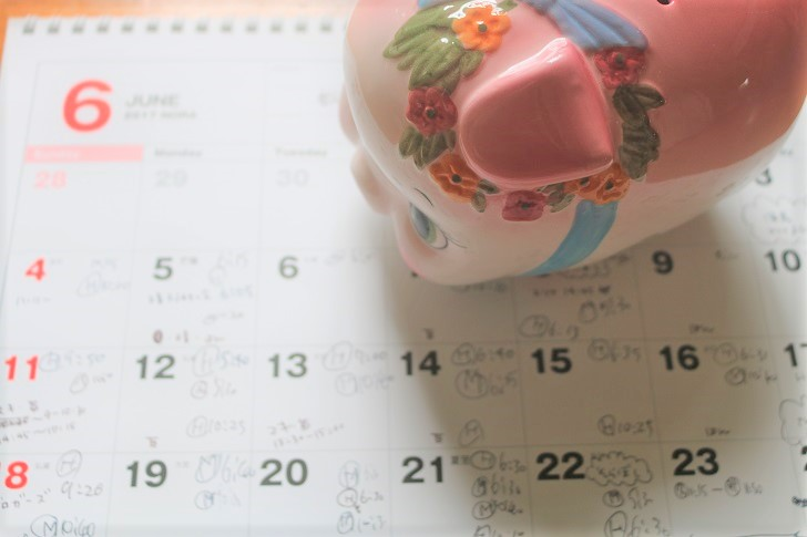 カレンダーと豚貯金箱