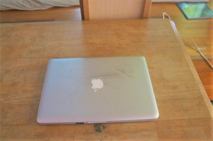 机とMacbook
