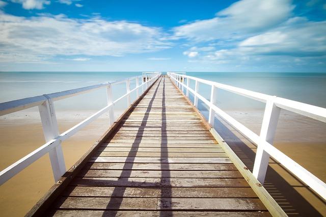 海へと続いていく橋