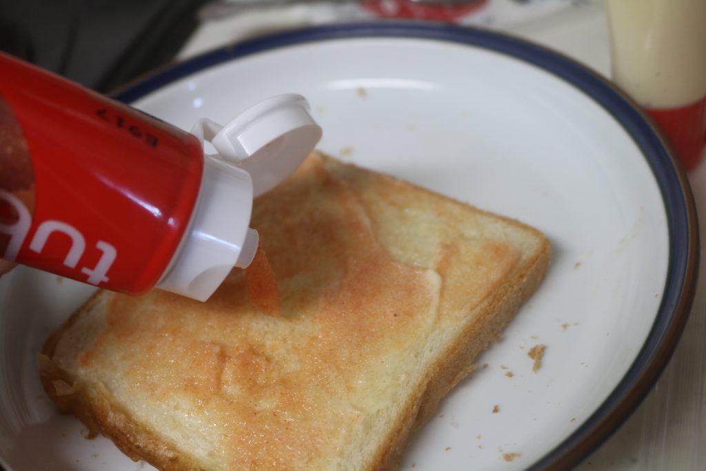 tubu tube(ツブチューブ)レギュラーをパンにのせているところ