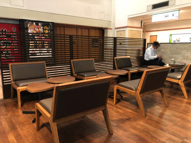 個室のテーブルと椅子