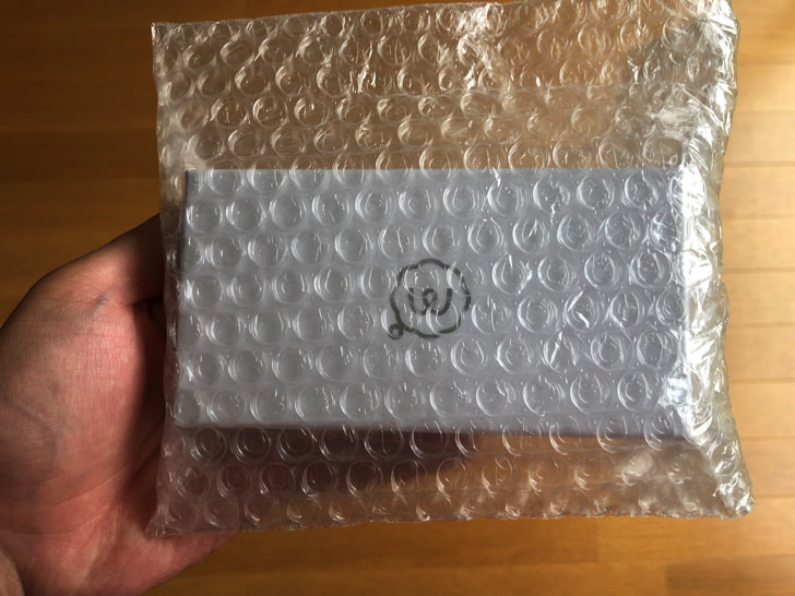 梱包材に包まれた名刺箱